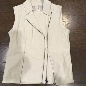 Mural winter white vest